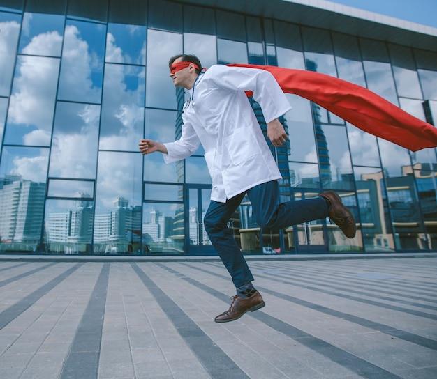 Superbohater medyk spieszy do chorego mieszkańca miasta. zdjęcie z miejscem na kopię.