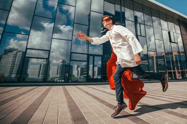 Superbohater medyk spieszy do chorego mieszkańca miasta