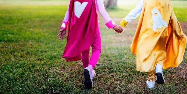 Superbohaterów dzieciaków przyjaciele bawić się więzi zabawy pojęcie