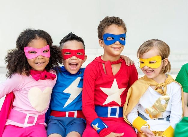 Superbohaterowie rozochoceni dzieciaki wyraża pozytywności pojęcie