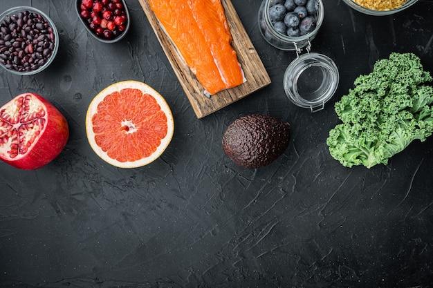 Superfoods dieta czysta koncepcja, widok z góry, na czarnym stole.