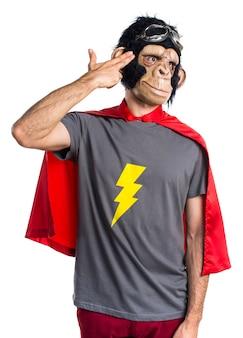 Superhero małpa mężczyzna czyniąc samobójstwo gest