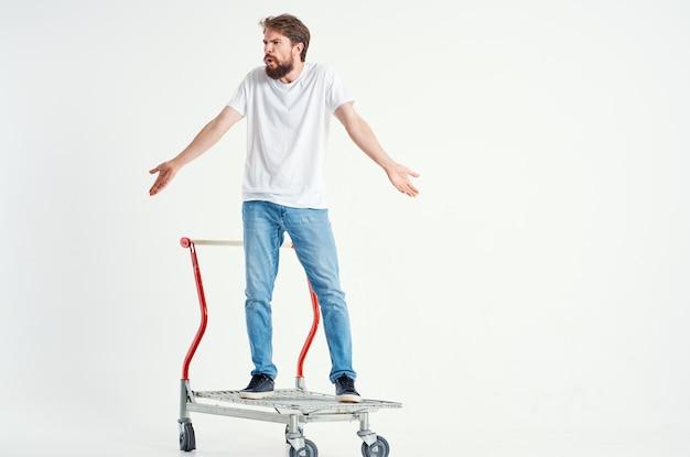 Supermarket brodaty mężczyzna styl życia zabawy na białym tle. zdjęcie wysokiej jakości