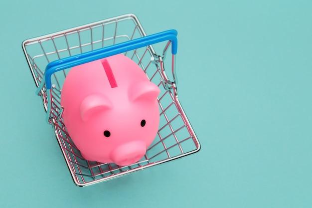 Supermarket kosz z piggy bank na niebiesko.