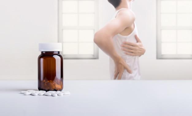 Suplementy wapnia i człowiek cierpiący na bóle pleców