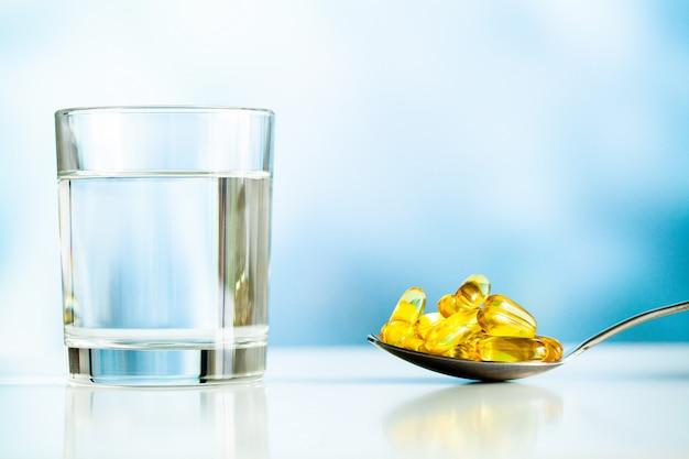 Suplementy witaminowe, olej rybny w żółtych kapsułkach omega 3.