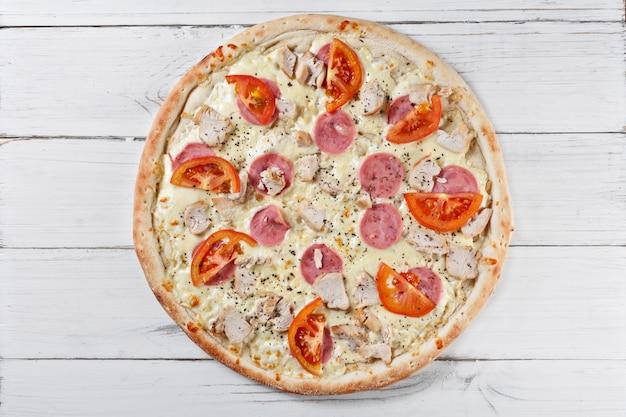 Supreme asssorti klasyczna pizza z serem, pomidorem, szynką, kurczakiem. włoska pizza