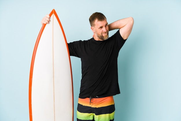 Surfen człowiek na niebiesko dotykając tyłu głowy, myśląc i dokonując wyboru.