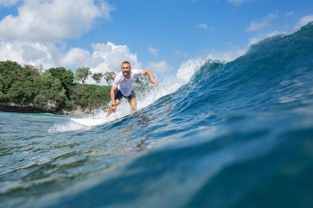 Surfer na fali.