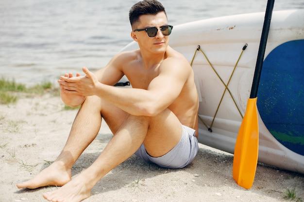 Surfer na letniej plaży