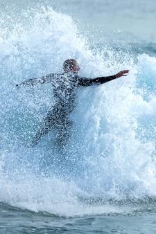 Surfer podczas surfowania na wielkiej fali