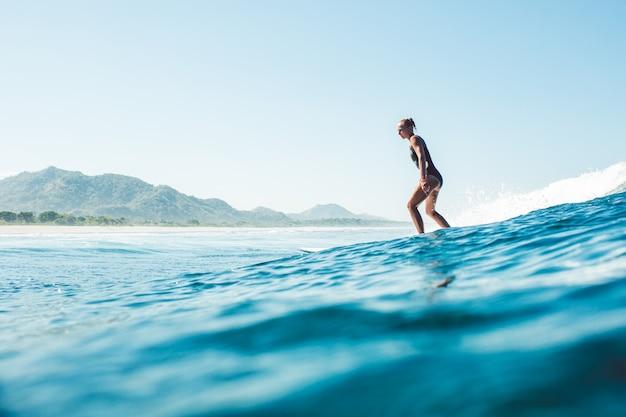Surfer w oceanie