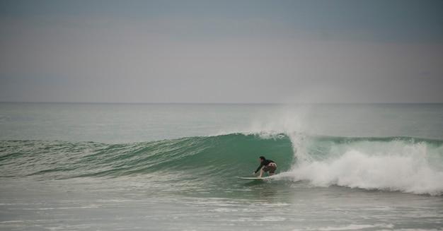 Surfingowiec wzdłuż mal pais linii brzegowej w san jose costa rica