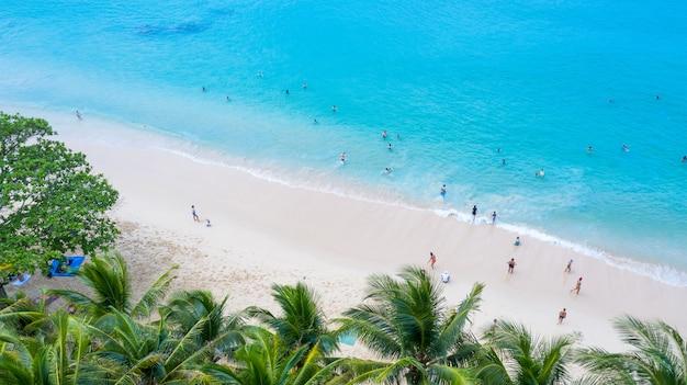 Surin plaża w phuket, południowa tajlandia, surin plaża jest bardzo znanym miejscem turystycznym w phuket, piękna plaża. widok ładnej tropikalnej plaży z palmami dookoła. koncepcja wakacje i wakacje.