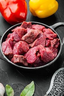 Surowa chuda duszona wołowina ze słodką papryką, na żeliwnej patelni