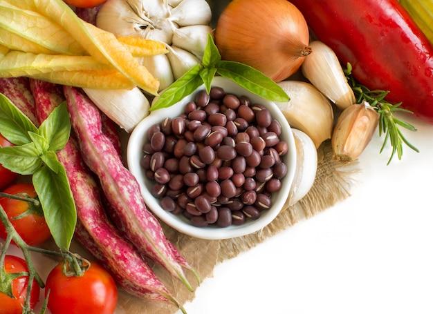 Surowa fasola azuki w misce i świeże warzywa z bliska