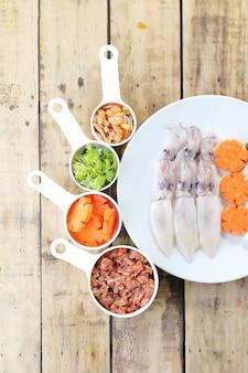 Surowa kałamarnica, marchewka i wieprzowina, przygotuj się do gotowania.