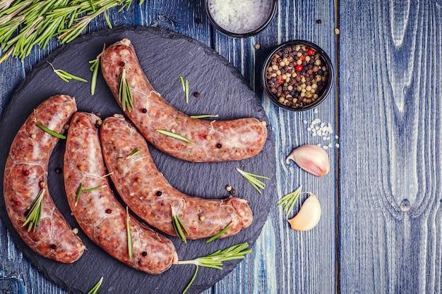 Surowa kiełbasa wołowa i wieprzowa z przyprawami