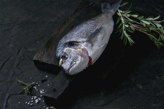 Surowa leszcz ryba z ziołami
