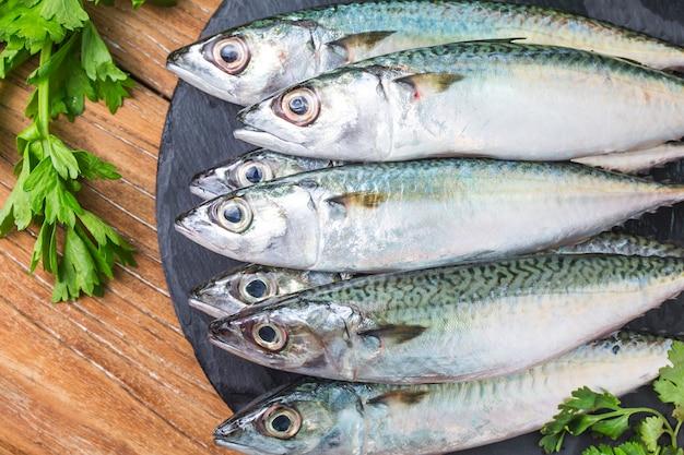 Surowa makrela i przyprawy