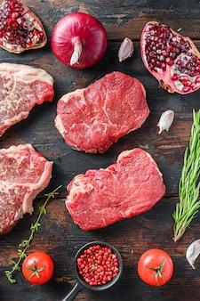 Surowa organiczna alternatywa steki wołowe, z przyprawami i ziołami