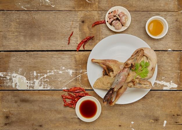 Surowa pierś kaczki przygotowywająca gotować na stole