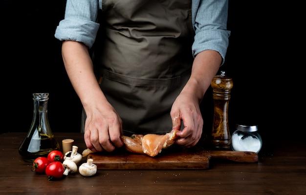 Surowa pierś z kurczaka i przyprawa