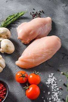 Surowa Pierś Z Kurczaka Ze świeżym Rozmarynem I Grzybami Premium Zdjęcia