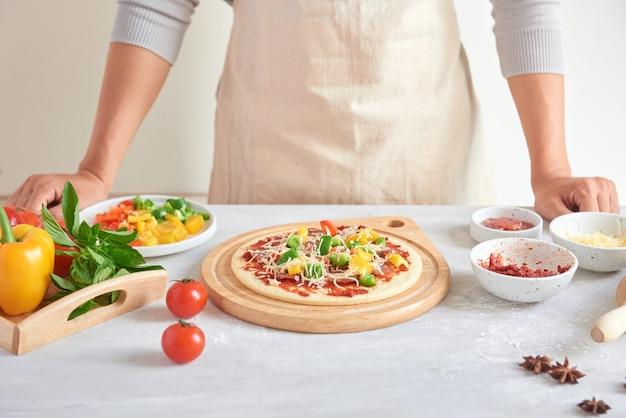 Surowa pizza z dodatkami