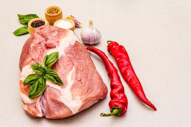 Surowa polędwica wieprzowa ze świeżymi warzywami i suchą przyprawą