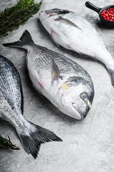 Surowa ryba dorado lub dorada z ziołami na grilla
