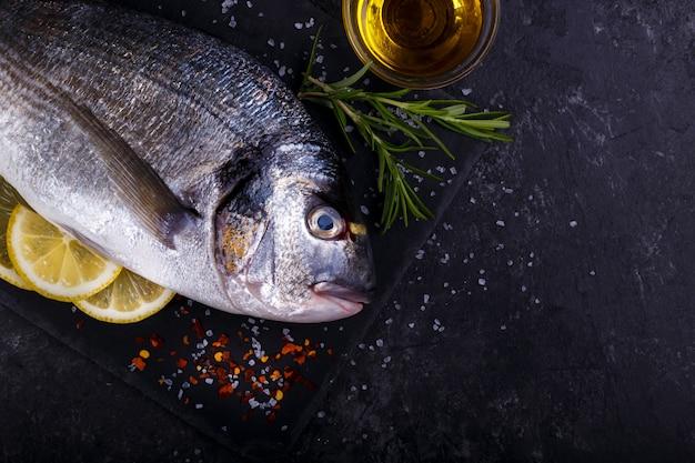 Surowa ryba leszcz morza