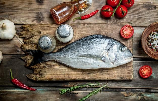 Surowa ryba morska z pomidorami i ziołami.