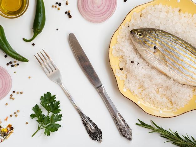 Surowa ryba pod dużym kątem ze sztućcami