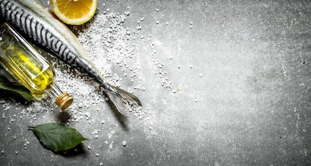 Surowa ryba z oliwą, cytryną i solą.