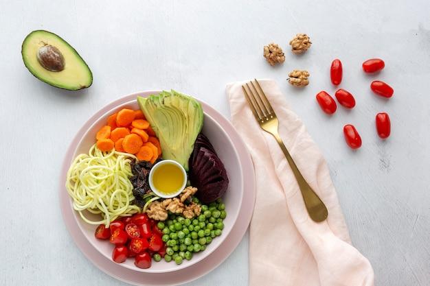 Surowa wegańska sałatka z bukietem warzyw