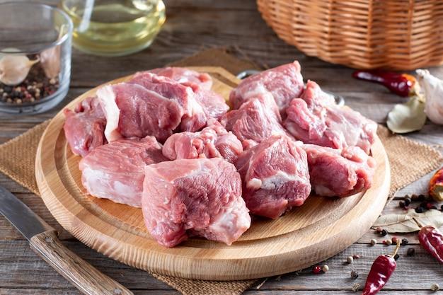 Surowa wieprzowina na desce do krojenia. świeża wieprzowina do gotowania - selektywne skupienie