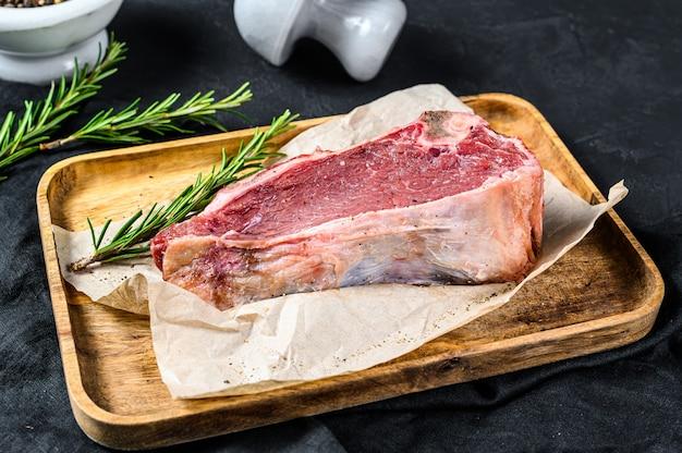 Surowa wołowina krojona z kością