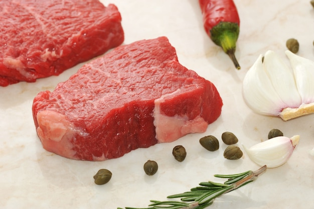 Surowa wołowina stosy na marmurowym tle