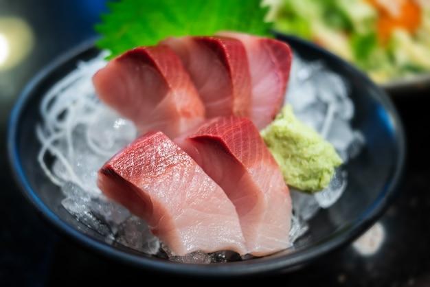 Surowa żółta ryba z ogona lub sashimi hamachi.
