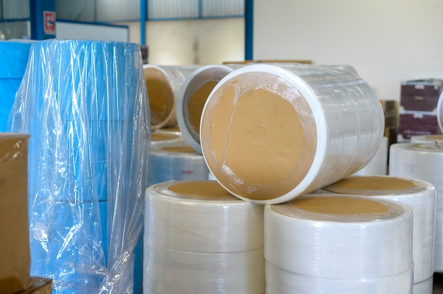 Surowce do produkcji masek medycznych w fabryce, koncepcja branży medycznej
