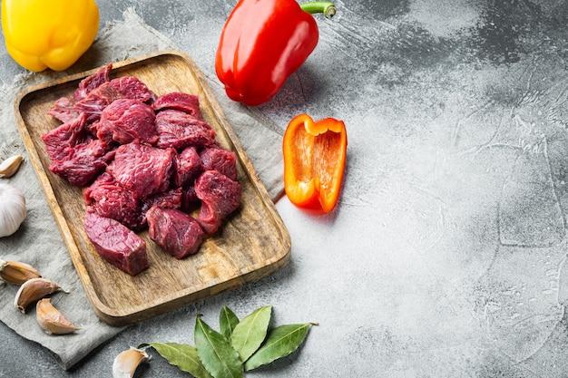 Surowce na gulasz. zestaw ze świeżej surowej siekanej wołowiny ze słodką papryką