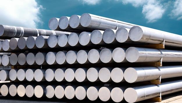 Surowce przemysłowe, hałda prętów aluminiowych w fabryce profili aluminiowych.