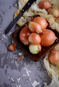 Surowe świeże cebule