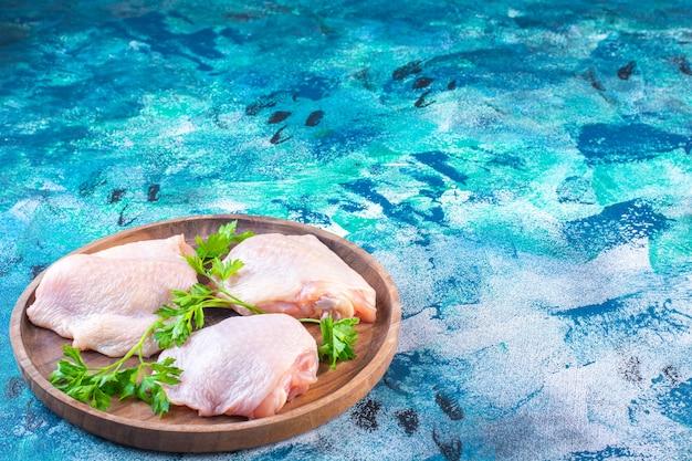 Surowe biodro z kurczaka gotowe do gotowania