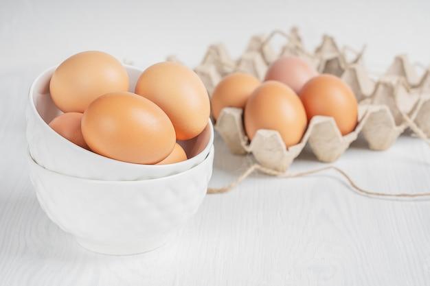 Surowe, brązowe, świeże jaja kurze