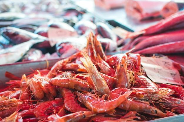 Surowe czerwone krewetki na sprzedaż