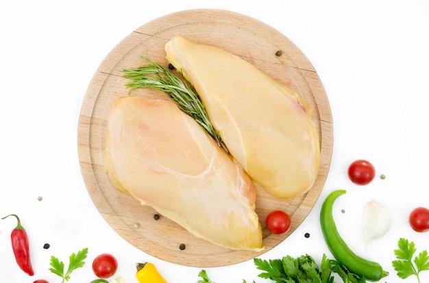 Surowe części kurczaka z różnymi składnikami