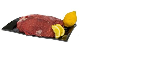 Surowe danie mięsne białe tło, obraz banera z miejscem na kopię