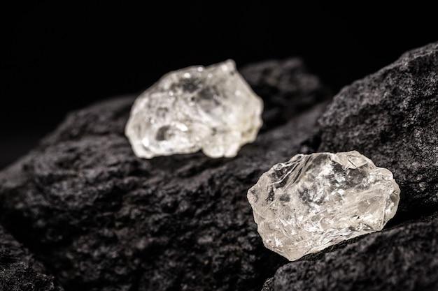 Surowe diamenty w kopalni węgla, koncepcja wydobycia cennych petdas
